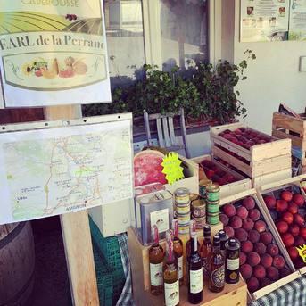 A partir de cette semaine nous reprenons la vente de fruits de l'EARL de la Perrand situé à Caderousse - Vallée du Rhône. Melons, pastèques et autres fruits de saison disponibles selon arrivage. Rendez-vous devant la boutique 🍉🍈🍊🍑