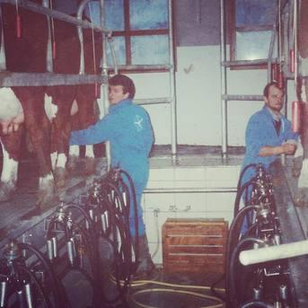 Franck et Laurent en 1997 et en 2021 dans la salle de traite : le temps n'a pas d'effets sur les éleveurs du Gaec Le Plane 😉🐮🧀