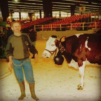 André «Dédé» Gaillard, notre fondateur, avec Abondance au salon de l'agriculture de Paris au début des années 90 🐮❤️