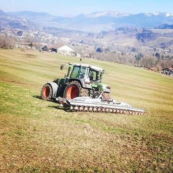 Les travaux printaniers ont démarré : le hersage est l'opération qui consiste à ameublir et égaliser la surface d'un champ à l'aide d'une herse. 🚜