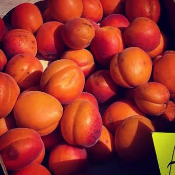 Avec le retour du soleil et de la chaleur, quoi de mieux que des fruits frais de saison ? Disponibilités selon arrivages 🍑🍈🍉🧄
